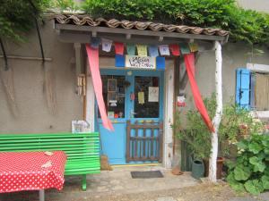 Gite l'Atelier des Volets Bleus in Grealou