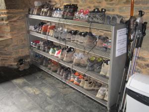 Arzua-albergue-boots