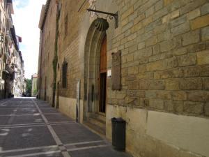 Pamplona-Albergue-Municipal-Street-entrance-view