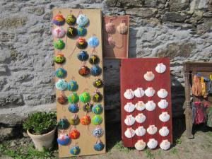 Scallop-shell-souvenirs-on-way-to-Portomarin