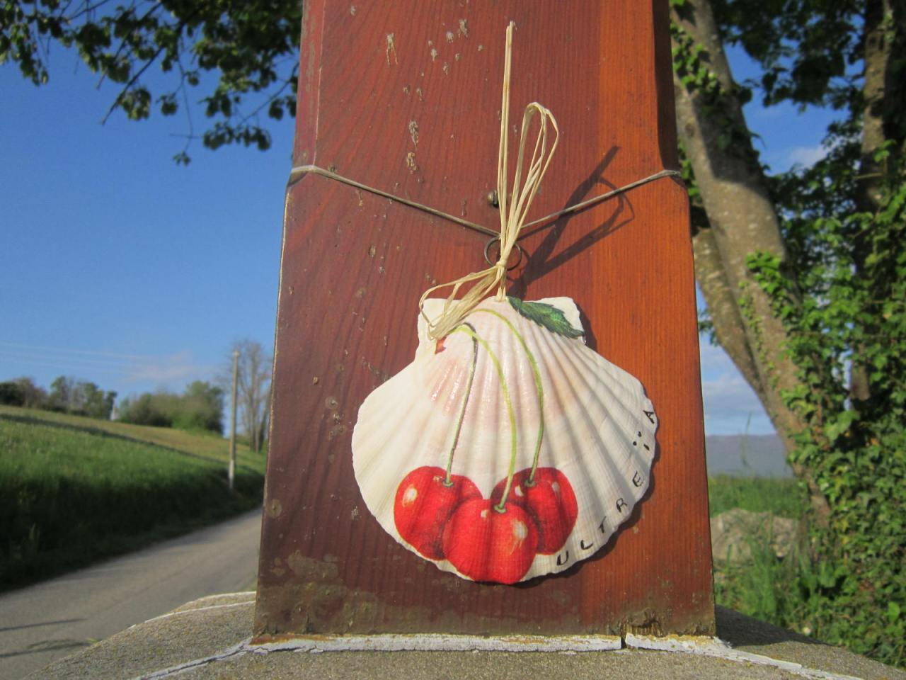 Painted Scallop shell on Geneva Way between Geneva and Le Puy
